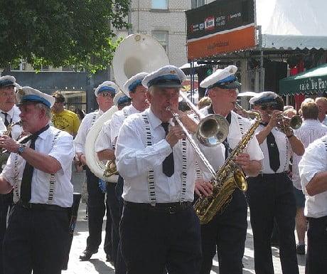 Brassbands treden op tijdens de pauzes van het Holland Casino podium – Grote Markt Midden