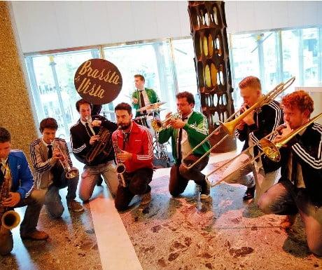 Brassbands treden op tijdens de pauzes van Princess Traveller podium – Spanjaardsgat